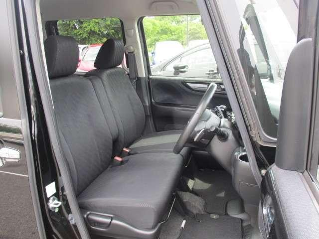 N−BOXカスタムならでは光沢感あるシート☆フロントシートはベンチシートタイプ♪センターには格納式アームレストも付き!室内空間は広々で移動も楽々♪狭い駐車空間など助手席ドアから出たい時にも大変便利♪