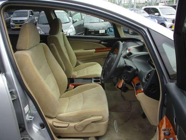 セパレートタイプのフロントシート☆運転席にはハイトアジャスターが付いています♪ドライビングポジションの設定がスマートに調整出来ます◎