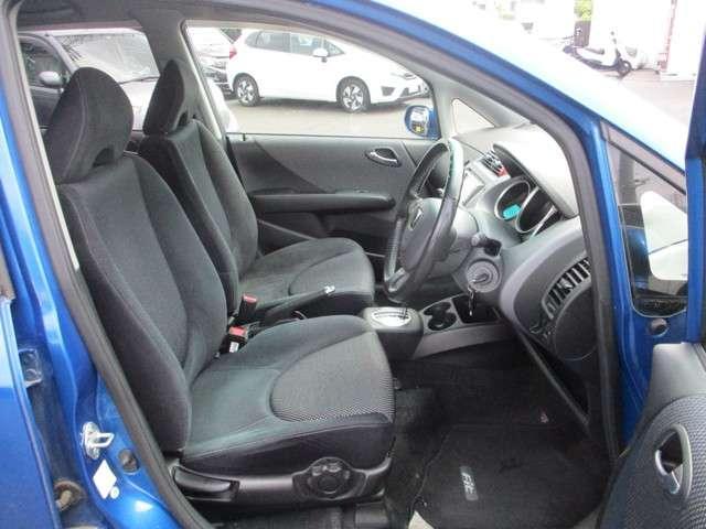 フロントシートは広々セパレートタイプで運転席は高さを調節出来るアジャスター付きです!!お好みのドライビングポジションに調整可能です◎