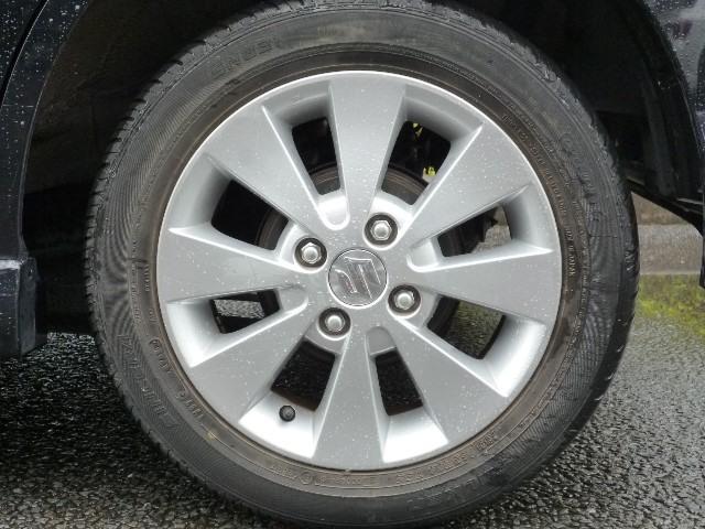 「アルミホイール」が付いています。とってもスタイリッシュで、スポーティー感あふれる形ですよね。「身だしなみは足元から」っていうじゃないですか?さあ、この車でお出掛けしましょう!
