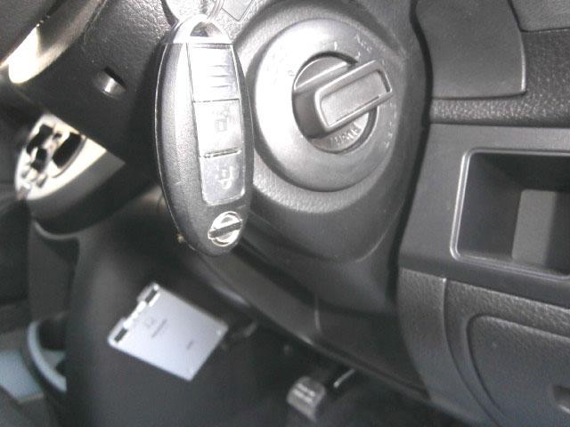 これは1度使ったら手放せない便利な装備です!スマートキーですから、ドアの開閉もエンジンの始動も簡単楽々です!特に雨の日の乗降時には本当に便利で嬉しい装備!キーを出さずに操作出来る事がこんなに便利とは!