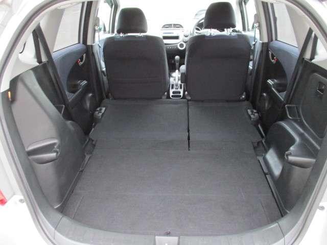 後席を倒せば更に広い荷室スペースです!
