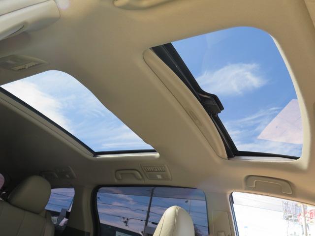Wサンルーフ付きで車内が開放感のある明るい空間に♪