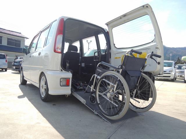 スロープは手動での展開になりますので故障等の心配も無く安心してご使用いただけます。~車いす装着例となります~