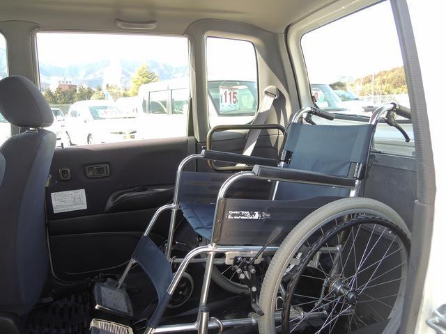 足元にも十分スペースがございますのでラクラクご乗車いただけます。~車いす装着例となります~
