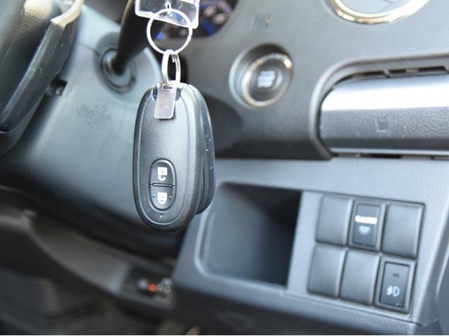 荷物を持っている時にとても便利なキーレス付きです☆ インテリジェントキーですので、カバンやポケットの中にキーを入れているだけでドアの開閉やエンジンを掛けたりすることが出来ます☆ めっちゃ便利ですよ~♪
