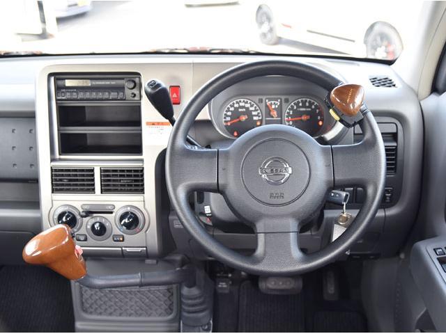 下肢のご不自由な方のための運転補助装置が付いたニッサン キューブ SX アンシャンテです。