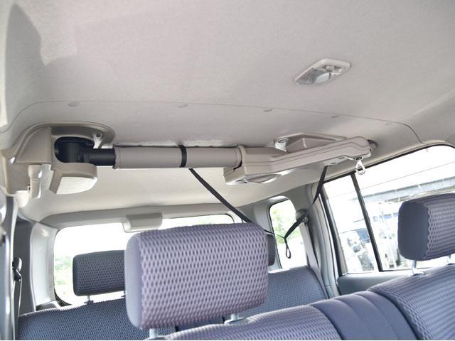折りたたみ式の車いすを引き上げて車内に格納するためのウインチです。