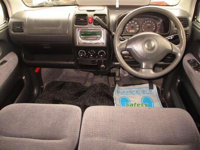 車内の部品は出来るだけ取外し、細部は特殊工具で・・・シートはスチームで・・・表面は専用洗浄剤で・・・手をかけ、時間をかけ、愛情こめて徹底的に仕上げてます!