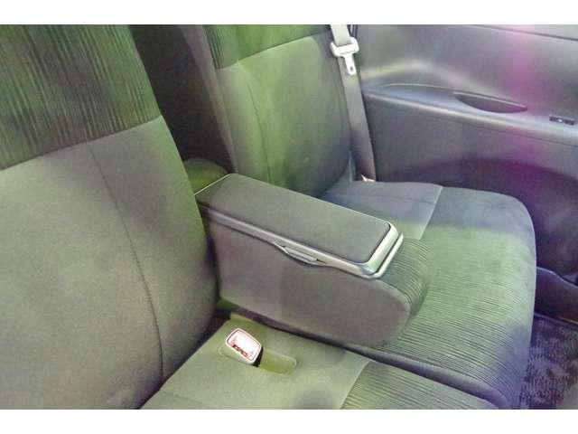 ロングドライブでもラクラク アームレスト付きのフロントシートです