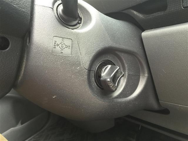 【スマートキー】鍵をさしたりせずに、スマートキーがポケットの中でも、バックの中でも、『ドアの開閉』から、『エンジンのスタート』までいちいち出す手間もなく、こなせる優れたカギです★