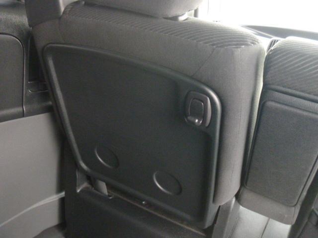 助手席を倒して荷物置きにもできます。