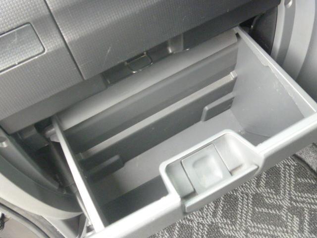 運転席、助手席に収納あります。
