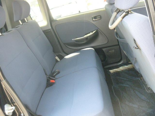 後部座席も広々足元です。