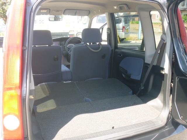 後部座席を収納すると広々収納スペースが出来ます。