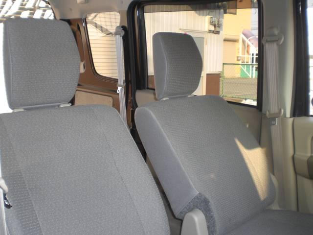 などと!収納スペース盛りだくさんのお車です(*´▽`*)w さて、こちらの画像ですが、運助席ですが、ピッカピカなんです!シートヘタリ、スレ、穴!どこにもありません!内装マジ美車です!(≧▽≦)♪