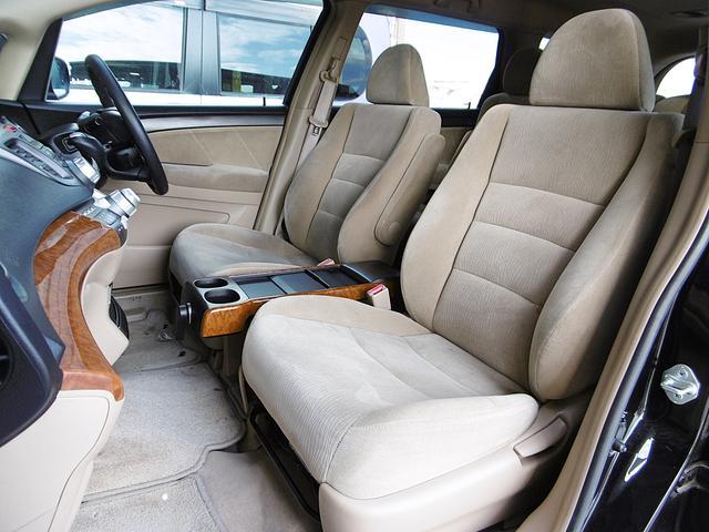 【室内空間】天井、室内等とても綺麗な車両となっております。もちろん気になる匂いや汚れ等もなく、大変クリーンな室内空間ですので、タバコ嫌いや匂いに敏感なお客様でも安心してご検討頂けるお車です。