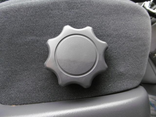 シートリフターを装備しておりますのでシートの高さ調節が可能でございます!
