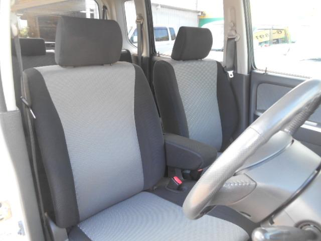 フロントシートは使いやすいベンチシートになっております。軟らかめのシートで運転者の腰に負担の少ないシートになっております♪前後スライド幅もあるのでご自身に合った座席位置が設定出来ますね♪