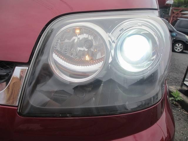 左ヘッドライトです♪こちらも右同様目立つくすみ傷も無く綺麗です☆ハロゲン、LEDよりも明るいHIDなので暗い道も安心安全に照らしてくれます♪