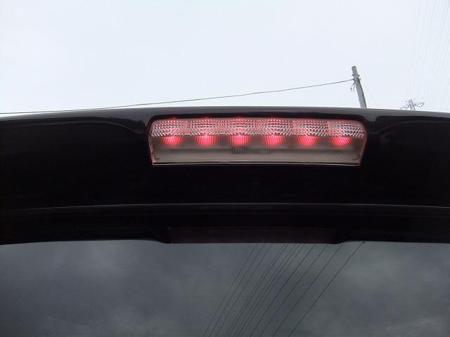 リアガラス上にハイマウントストップランプです☆彡.。車高の高い後続車でも見やすい位置なので追突防止に役立ちます♪