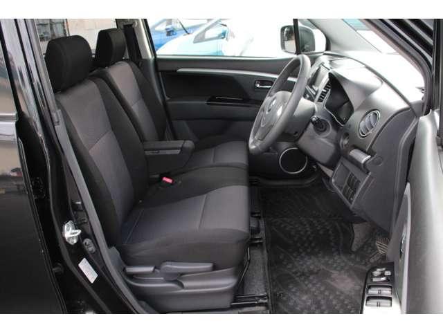 【前席】充分な広さを確保した、快適な前席!特に足元の広さをおわかり頂けますか?アームレスト付ですので長距離ドライブも楽になります!