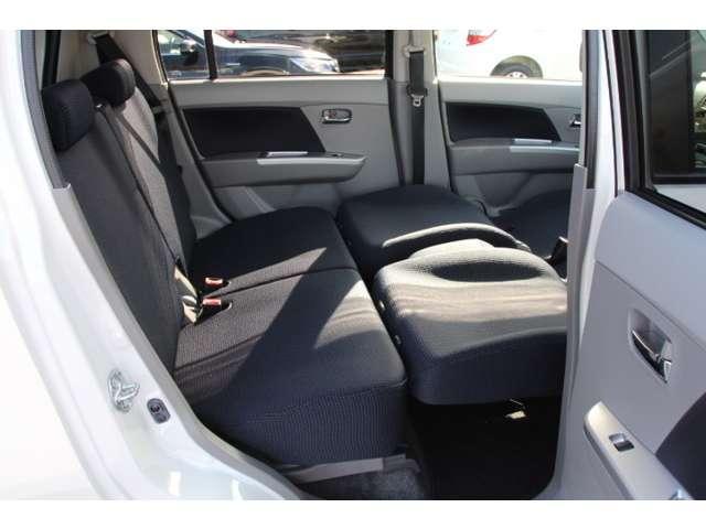 【リラックスモード】フロントシートを前に移動して背もたれを倒すとリラックスモードになります。後席から足をのびのびさせることができます。