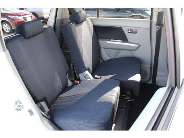 【後席】リアシートは片側ずつスライドすることも可能!お荷物やシーンに合わせてアレンジできますのでとっても便利です!