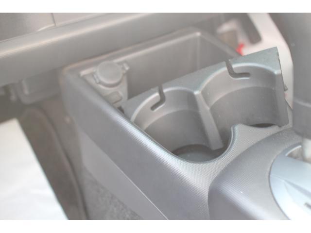 スマホなどの充電が可能なアクセサリーソケット付きです。ドリンクホルダーも2つ装備しております。