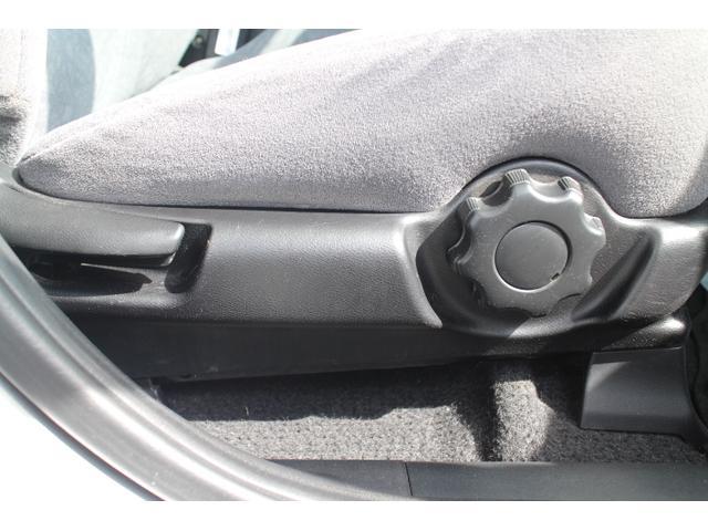 運転席はシートアジャスター付きなので細かい調整も楽々です。