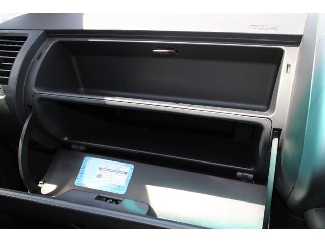 助手席前のグローブBOXは大容量でいろいろなものを収納できます。