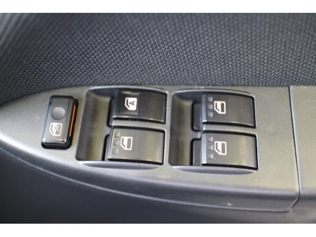 運転席のパワーウインドウはオート機能付きで便利に使用できます。