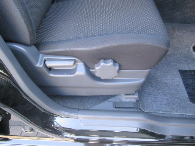 シートリフター付きで運転ポジションも調整出来ます。