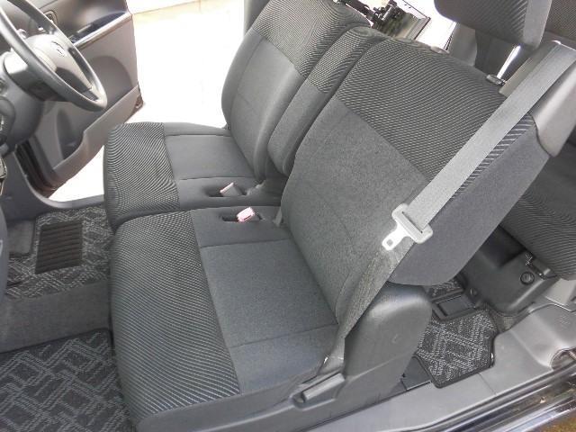 座り心地のいいベンチタイプのフロントシート。使い勝手もいいですよ。視界も大きいので運転もしやすいですね!