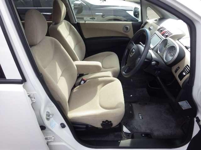運転席には、ドライバーに合った姿勢で運転できるようにハイトアジャスターが付いていますので、シートを『上・下』に調整できます!