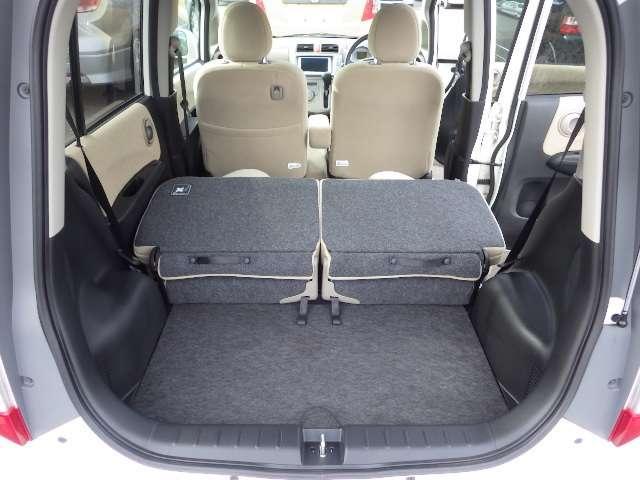 リヤシートは片側ずつワンアクションで倒す事が出来ます。長尺物の積み込みや荷物の多い時は倒して使うと便利です。