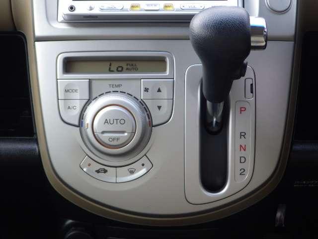 【オートエアコン】空調関係も操作しやすく配置しております。お好みの温度をセットするだけで、風の強さや風量を自動で調整します!