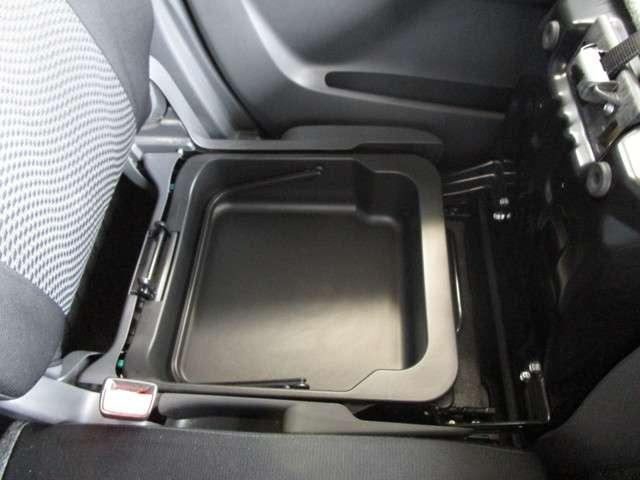 助手席の下にも収納スペースがあるので小物も入れることが出来ます☆