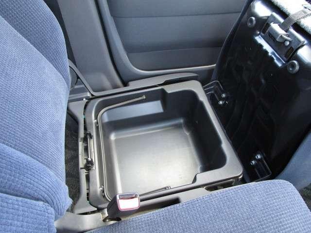 助手席の下にも大容量の収納スペースがございます☆