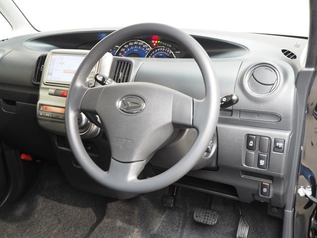 ハンドル周りにはあると便利なワンプッシュ式ドリンクホルダー、電動スライドドアも運転席からスイッチで操作可能!!