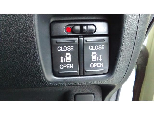 両側のスライドドアは電動パワースライドドアとなっております♪運転席のスイッチひとつで扉の開閉を行うことができます☆