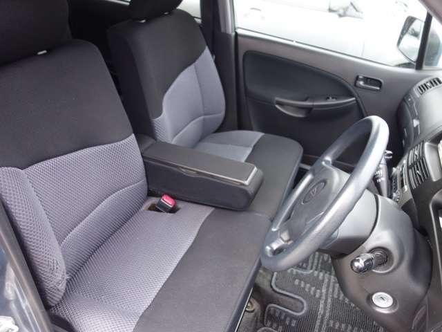 前列シートです。綺麗ですが、運転席の脇が少し擦れています。