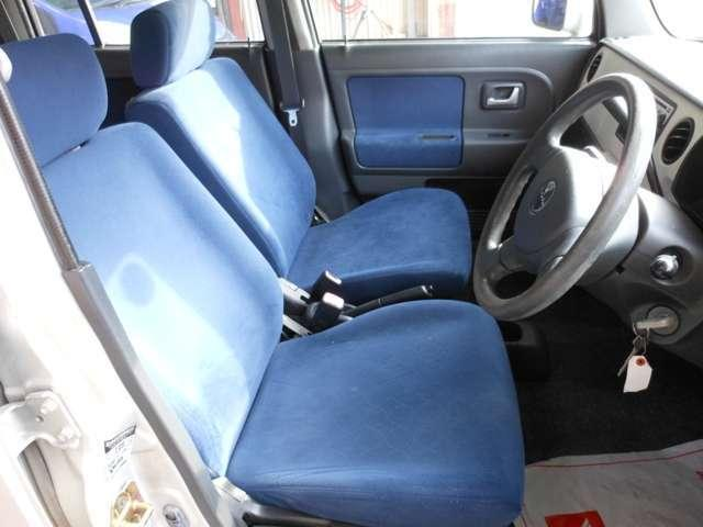 運転席シートも綺麗にクリーニングしております。ご覧の通り目立った汚れやシミはございません。