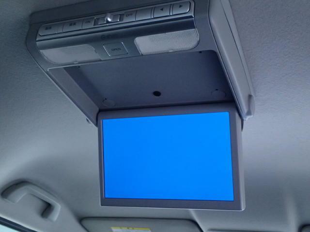 【後席モニター】・・・付いてます~☆ 後席のみんなもテレビやDVDを観ましょ ♪ 楽しい空間 快適ドライブを  見逃せない装備!!