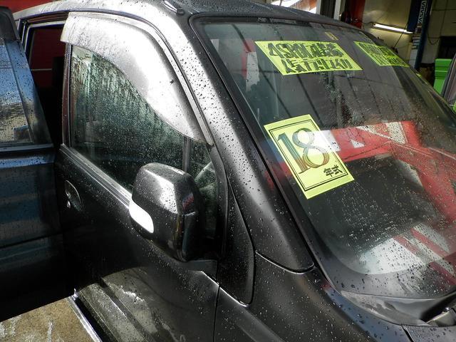 雨も安心ドアバイザー付!ドアミラーも勿論電動格納式!狭い道のすれ違い等でも便利です!