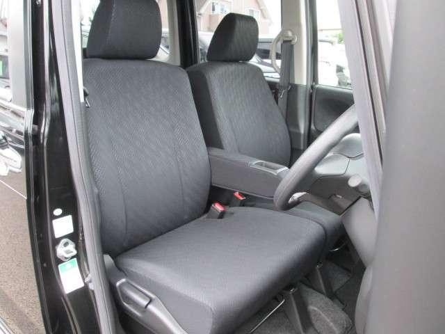 すわり心地も良い運転席、助手席シートです!センターアームレスト付きです。