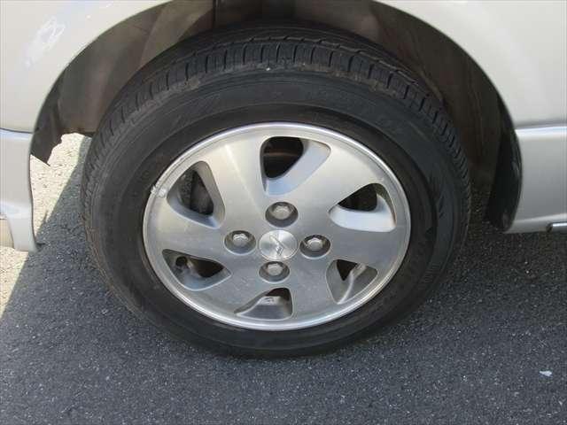 純正アルミホイールです。タイヤの残り溝もまだまだあります