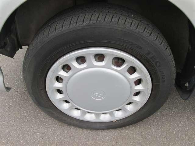 純正鉄ホイールです。タイヤの残り溝はありますが、タイヤが少し古めですので、交換もご検討ください