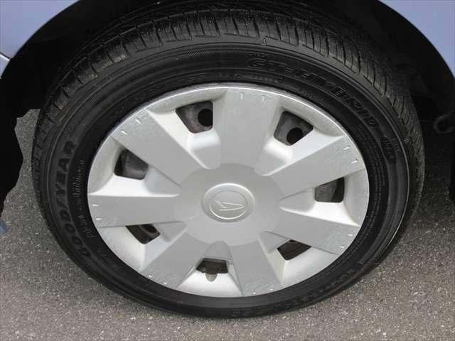 ホイールカバーに傷があります。タイヤの残り溝はまだあります