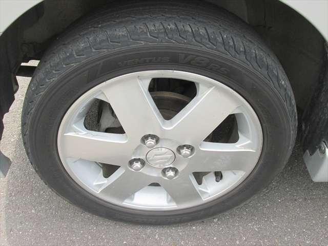 純正アルミホイールが装着されています。タイヤサイズは、165/55R14です。残り溝は半分位あります。